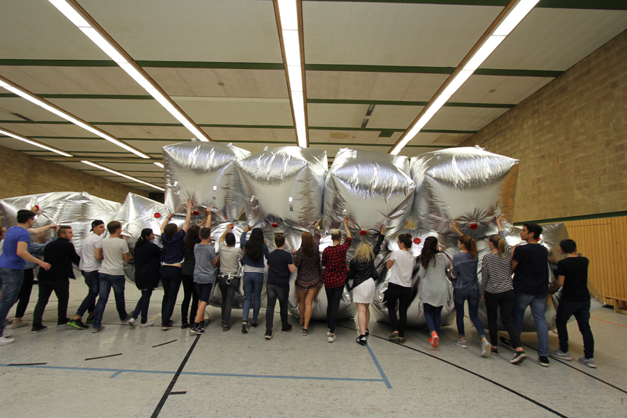 Pupils of the Bert-Brecht Gymnasium train with their self-made inflatable barricade. Foto Peter Bandermann