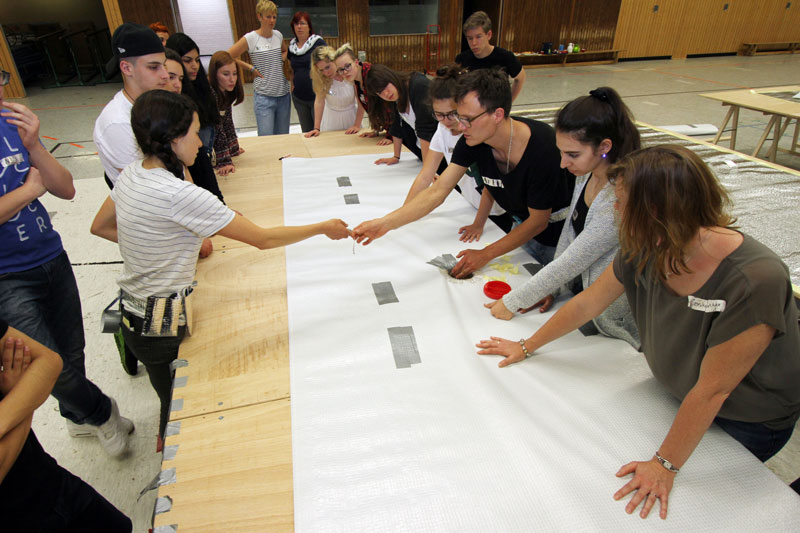 Pupils of the Bert-Brecht Gymnasium learn how to make inflatable barricades. Foto by Peter Bandermann.